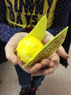 Kids Golden Snitch Harry Potter Craft- Made with Styrofoam ball, yellow tissue paper, craft foam and glitter Check out our blog for more crafting ideas: http://cupcakesandlace.com/