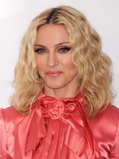 Madonna shoulder-length wavy lob haircut by jana Short Hair Styles For Round Faces, Short Hair Cuts For Women, Medium Hair Styles, Hairstyles For Round Faces, Elegant Hairstyles, Short Hairstyles For Women, Blonde Hairstyles, Madonna Hair, Mother Of The Bride Hairdos