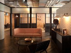 AKQA Clerkenwell offices by Amos and Amos, London UK office (sofa like in a la maison) British Architecture, Interior Architecture, Interior Design, Office Workspace, Office Walls, Office Sofa, Corporate Interiors, Office Interiors, Dark Timber Flooring