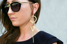 Due tendenze in una: orecchini lunghi fino alle spalle + forme geometriche