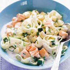 Food and Drink: Tagliatelle met zalm, roomkaas en courgette - Rece. Fish Recipes, Pasta Recipes, Healthy Recipes, Fish Dishes, Pasta Dishes, Risotto, Good Food, Yummy Food, Happy Foods