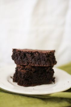 This recipe for gluten free brown rice flour brownies yields moist, dense, rich, delicious brownies. You would never know they are gluten free! Gluten Free Rice, Gluten Free Sweets, Gluten Free Baking, Healthy Sweets, Healthy Baking, Healthy Meals, Healthy Food, Rice Flour Cookies, Brownie Recipes