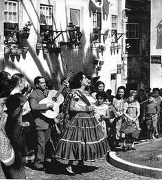 Amália divertindo-se nas Marchas Populares.