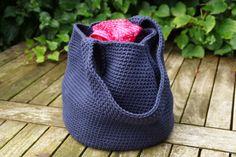 Tas of eigenlijk een Laukku Mom tas oftwel een tas van mama om allerlei handige spulletjes in te bewaren. Het gratis haakpatroon is van Kreafabriek.