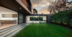Pelouse maison contemporaine
