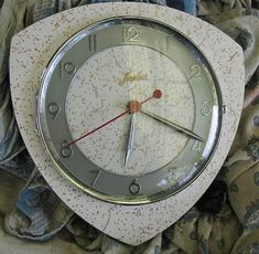 laminex-formica-clock http://retrorenovation.com/2013/08/20/midcentury-vintage-wall-clocks/