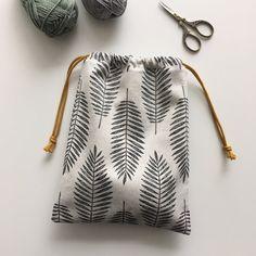 Kordelzugbeutel (s.k handgefertigt) - My Bag Ideas Handmade Bags, Handmade Crafts, Handmade Fabric Purses, Handmade Diary, Handmade Bookmarks, Handmade Stamps, Handmade Bracelets, Drawstring Bag Diy, Drawstring Bag Tutorials