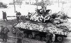 Neige camouflé char d'assaut M4A3 Sherman avec un canon de 76mm, de la 709ème bataillon de chars, soutenant la 75ème Division, région Colmar, 31 janvier 1945 Snow camouflaged M4A3 Sherman tank with a 76mm gun, of the 709th Tank Battalion, supporting the 75th Division, Colmar region of France, 31 January 1945