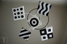 DIY stimulating Baby Mobile: black and white stimulates baby's senses, what an awesome home-made mobile ♥