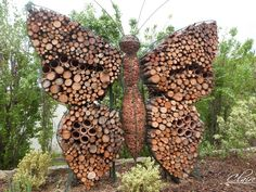 hotel garden Htel insectes : 23 ides pour linstaller dans son jardin This insect hotel is quite original! Find our ideas here to install yours! Garden Care, Garden Bugs, Garden Pests, Bug Hotel, Outdoor Art, Outdoor Gardens, Potager Bio, Awesome Woodworking Ideas, Design Jardin