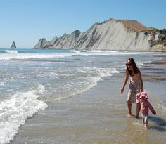 One of the best beaches in NZ, wineries galore (inc one venue which regularly hosts Sunday winery gigs!), and the best indoor and outdoor play options for children in Hastings, New Zealand. All written by locals (so the tips can be counted on!)