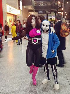 These are great undertale cosplay but in the background.is that someone dressed as ninja Brian dressed as pikachu? Today Show Costumes, Duo Costumes, Newborn Halloween Costumes, Family Costumes, Sans Cosplay, Epic Cosplay, Girl Spiderman Costume, Transformer Halloween Costume, Baby Pink Prom Dresses