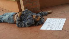Hace unas horas, fue encontrado en la plaza de la cabecera municipal, un joven que presenta señales de que fue ejecutado. En información proporcionada...