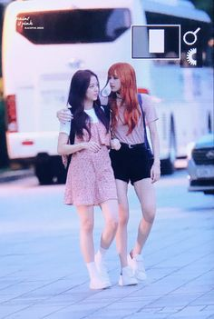 """the height difference and lisa's """"oppa"""" material Kpop Girl Groups, Korean Girl Groups, Kpop Girls, Yg Entertainment, Bts And Twice, Blackpink Fashion, Fashion Outfits, Daily Fashion, Taekook"""