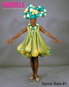 ¿Has visto el asombroso vestuario de Priscilla El Musical? ¡Hay maravillas como esta de Soccer Balls!