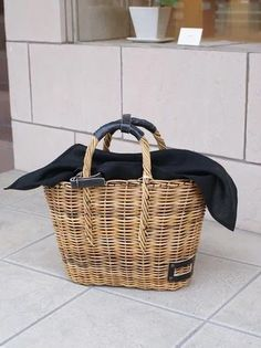 To know more about ebagos 麻布被せのかご, visit Sumally, a social network that gathers together all the wanted things in the world! Featuring over 475 other ebagos items too! Rattan Basket, Basket Bag, Jute, Wicker Purse, Jane Birkin, Weaving Projects, Summer Bags, Knitted Bags, Basket Weaving