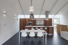 K-house / Arbejazz Architecture Studio. suspensions et appliques blanches.