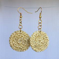 .brinco em crochê dourado, linha bege metalizada com fio dourado;  .peça em bijuteria;   **Consulte para brinco com peças folheadas a ouro ou em prata!!! Altura: 0.01 cm Largura: 3.00 cm Comprimento: 3.00 cm Peso: 10 g Crochet Accessories, Crochet Flowers, Earrings Handmade, Crochet Earrings, Drop Earrings, Knitting, Creative, Jewelry, Handmade Chain Jewelry