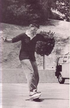 """Rare photo of Katharine Hepburn skateboarding. Katharine Hepburn was """"known for her headstrong independence and spirited personality, Hepburn's career as a Holywood leading lady spanned more than Katharine Hepburn, Audrey Hepburn, Classic Hollywood, Vintage Hollywood, Hollywood Glamour, Hollywood Stars, Janis Joplin, Vive Le Sport, Faye Dunaway"""