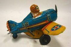 Aquele velho carrinho, o astronauta, super-heróis dos quadrinhos. Os robôs, aviões, os trenzinhos. Por meio dos brinquedos, a imaginação abre-se em um leque de possibilidades e, de súbito, a realidade transforma suas cores e suas personagens.