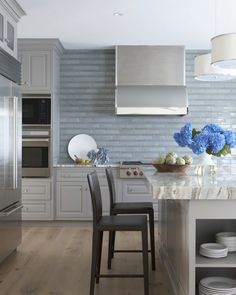 Alternating rows of 1×8 and 2×8 Bison Brick in glaze Azure area perfect match for this Hamptons kitchen and dining room. Decor, Kitchen Design, Cool House Designs, Blue Backsplash Kitchen, Living Room Designs, Beautiful Interiors, Interior Design, Home Decor, House Interior