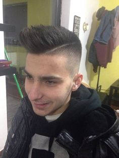 men's haircut with fade and layrers on the top!
