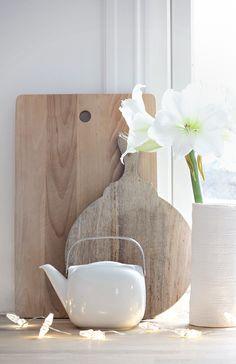 Chopped boards and white ceramics (by Nina Holst - Stylizimo)