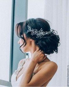 Купить или заказать свадебное украшение для волос в интернет-магазине на Ярмарке Мастеров. Украшение для волос ручной работы. Сделано из кристаллов в виде капель и прозрачных кристаллов. очень легкое, крепится с помощью шпилек и неведимок. Подойдет как к высокому пучку так и к низкому.