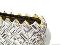 Stor clutchveske med strekkoder laget av resirkulert emballasje. Bags, Handbags, Totes, Lv Bags, Hand Bags, Bag, Pocket