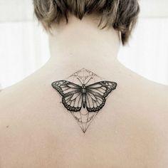 tatouage symbolique, dessin en encre sur le nuque, tatouage papillon avec motifs ethniques