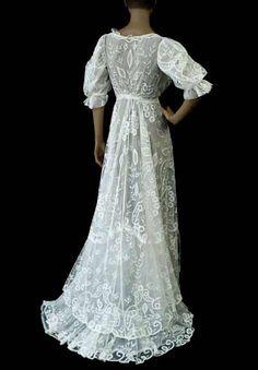 1950 Dior gown. Me gusta el guiño al polisón