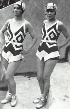 bathing suits-- Swimwear had lines similar to evening wear, and has short like constructions. 1930s Fashion, Art Deco Fashion, Retro Fashion, Vintage Fashion, Vintage Bathing Suits, Vintage Swimsuits, Bathing Costumes, Jacquemus, Beachwear