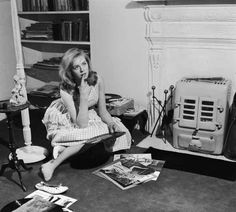 Nineteen year old English actress Susannah York choosing records at her flat in World's End, Chelsea. Vinyl Music, Vinyl Art, Susannah York, John Huston, Swinging London, Celebrities Then And Now, Celebrity Deaths, Record Players, Vintage Vinyl Records