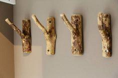 Interieur | Natuurlijk wonen met een boomstam tafel of tak als kapstok • Stijlvol Styling - WoonblogStijlvol Styling – Woonblog Style Ibiza, Viking Camp, Wood Crafts, Diy And Crafts, Viking Decor, Twig Art, Viking Designs, Basement House, Ibiza Fashion