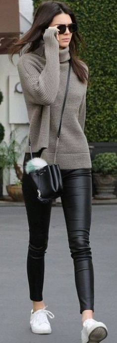 This leather leggings outfit is so cute for the fall or winter! with leggings 20 Ways To Wear Leather Leggings With Your Outfit - Legging Outfits, Leather Leggings Outfit, How To Wear Leggings, Leggings Fashion, Outfits With Leather Leggings, Leggings Outfit Fall, Grey Jumper Outfit, Leather Jeggings, Leggings Party