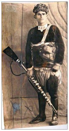Bu fotoğraf karesinde bulunan Zeybek : Demirci Mehmet Efe'nin Baş Kızanı ''Zurnacı Ali Efe''dir.(Pharyah)