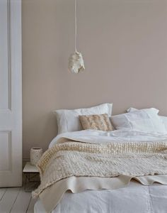 ALTROSA as a wall paint brings comfort. # COLOR # wall color # interior sleep ideen farben altrosa grau ALTROSA as a wall paint brings comfort. # COLOR # wall color # interior … … sleep - home decorasyon Warm Bedroom Colors, Bedroom Wall Colour Ideas, Pink And Beige Bedroom, Beige Walls Bedroom, Pastel Bedroom, Soothing Colors, Soft Colors, Home Bedroom, Bedroom Decor