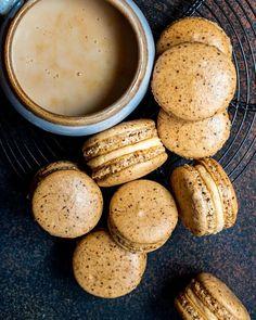 French Macaroon Recipes, French Macaroons, Macaron Flavors, Macaron Recipe, Fun Desserts, Dessert Recipes, How To Make Macarons, Making Macarons, Caramel Buttercream