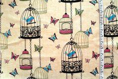 große Vogelkäfige mit Vögeln und Schmetterlingen auf natur/weiß gemustertem Baumwollstoff von Northcott aus der Serie Morning song von Kelly Pana...
