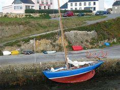 """La """"Sereine"""", volée jeudi dernier à Concarneau, a été retrouvée mardi à Ouessant, dans le petit port de Lampaul.  C'est un joli clin d'oeil du hasard qui a permis de retrouver """"Sereine"""", le voilier historique de l'école des Glénans. Le grand cotre non motorisé jusqu'à une date trés récente a, en effet, été repéré à Ouessant par Yann Mauffret, le patron du Guip, le chantier naval de Brest qui, voilà deux ans, a restauré ce bateau de 1952 classé monument historique.À ce momen"""