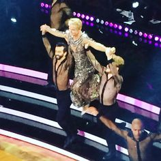 Xuxa usa look bordado com 80 mil cristais na final do 'Dancing Brasil'