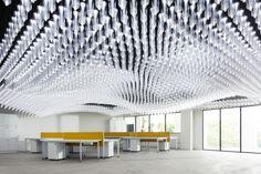 """INSIDE-FESTIVAL (1) En Singapur, ha sido destacado el IDC Space, un espacio de INVESTIGACIÓN Y EXHIBICIÓN diseñado por la Singapore University of Technology and Design para su International Design Centre. Está dotado de un sofisticado sistema de iluminación, a base de leds contenidos en 6000 tubos de policarbonato moldeado – """"Light Hangers"""" – que también permiten colgar elementos expositivos y contribuir a la configuración del espacio."""