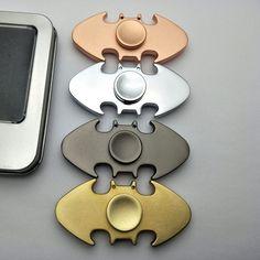 Hand Spinner batman métallique entièrement en Zinc. Disponible en Noir, Doré, Argenté ou Rosé. Le cadeau idéal pour tous les fans du justicier masqué !
