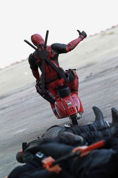 Some Final product photos of the Hot Toys Deadpool Scale Collectible Action Figure Deadpool Art, Deadpool Funny, Deadpool Movie, Deadpool Wallpaper, Marvel Wallpaper, Marvel Heroes, Marvel Avengers, Images Gif, Batman Begins