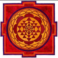 Sri Yantra. No es un dibujo cualquiera, es un símbolo: Es un Yantra (del Sánscrito). Esta figura es capaz de estimular los dos hemisferios de tu cerebro, es 70 veces más potente que la figura de una pirámide y es la forma geométrica más completa según la tradición Yoga. Es un Portal que catapulta al observador hacia la conciencia pura (sâdhaka) en la cual no hay distinción entre sujeto y objeto.