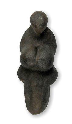 VENUS DE GRIMALDI    (La Polichinela).  (c. 20000 a.C.). Figura de la Diosa Grávida tallada en esteatita. Mide 8,1 cm. y fue hallada, entre 1883-1895, en la cueva del Príncipe (Grimaldi, Liguria, Italia). Se conserva en el Museo des Antiquités de la Nation de Saint-Germain-en-Laye, Francia.