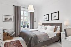 Elegancka i klasyczna aranżacja sypialni, która bazuje na chłodnych barwach bieli i szarości uzupełnionych czarnymi...