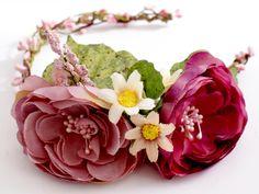 Blumenkranz / Haarreifen mit Blume von Lola White auf DaWanda.com
