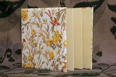 פולדר בד מבריק לבן עם ציפור Accordion Book