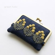 Rather conservative design Hand Embroidery Flowers, Embroidery Bags, Hand Embroidery Stitches, Hand Embroidery Designs, Embroidery Patterns, Handmade Wallets, Handmade Bags, Sweet Bags, Frame Purse